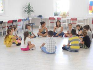 Ce-sa-alegem-dintre-o-bona-si-un-afterschool-pentru-copii